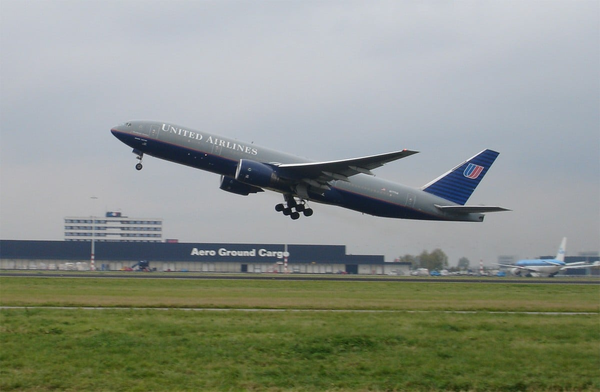 United_Airlines_aircraft_taking_off_at_Schiphol_Airport